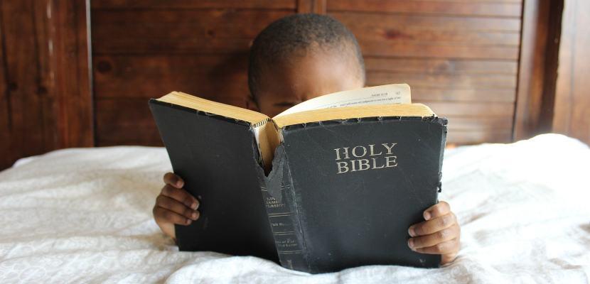 niño leyendo la biblia
