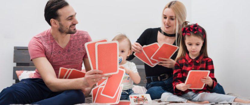 familia jugando cartas