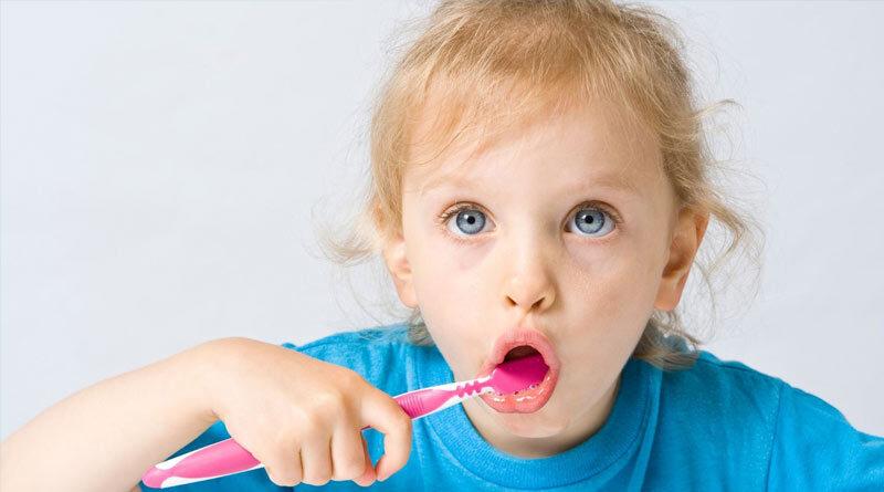niños a lavarse los dientes