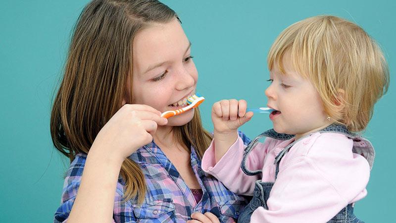 niños lavando sus dientes